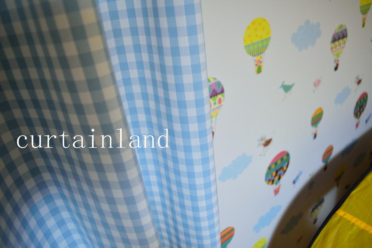 子供室壁紙とカーテンブルー