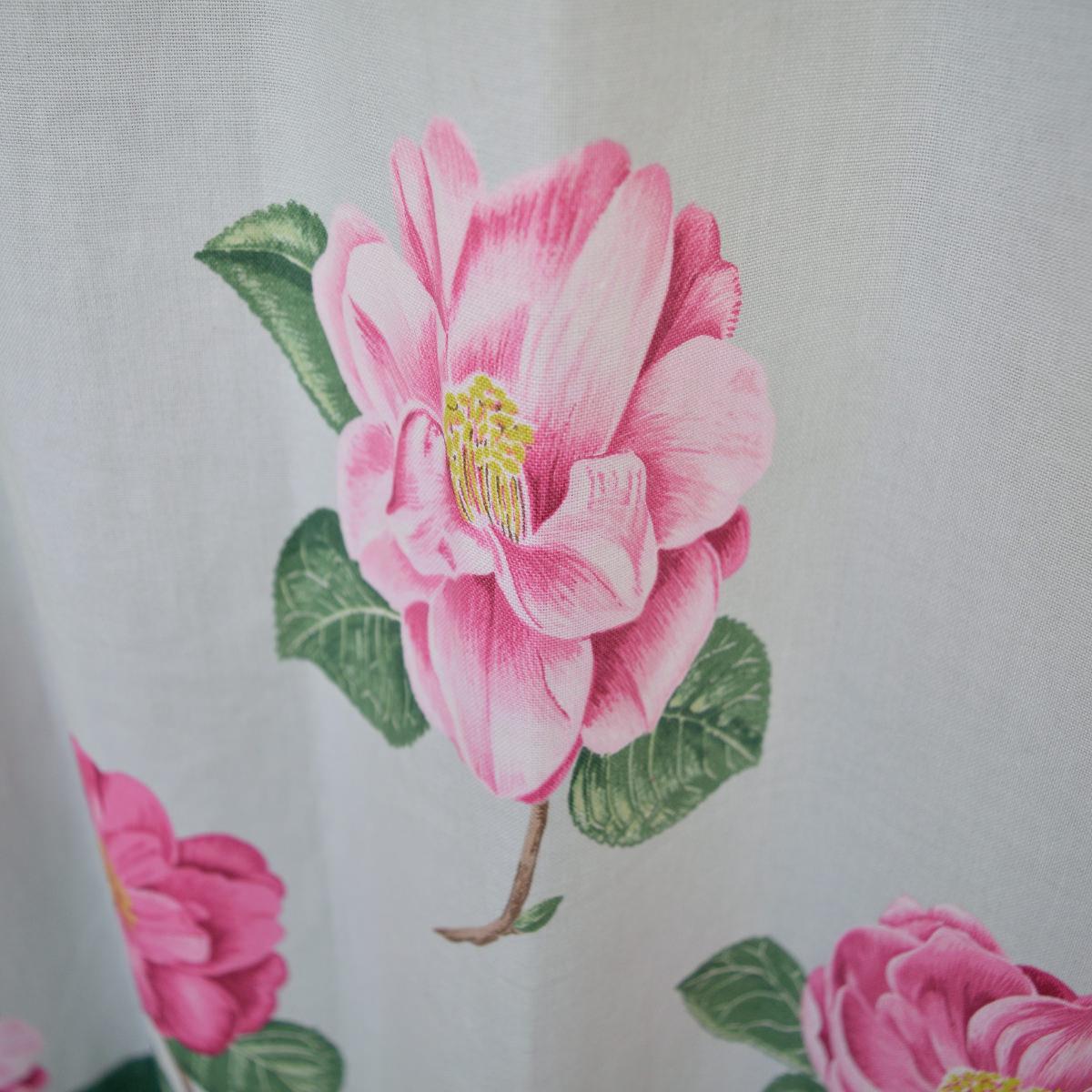 ピンクの花柄カーテン