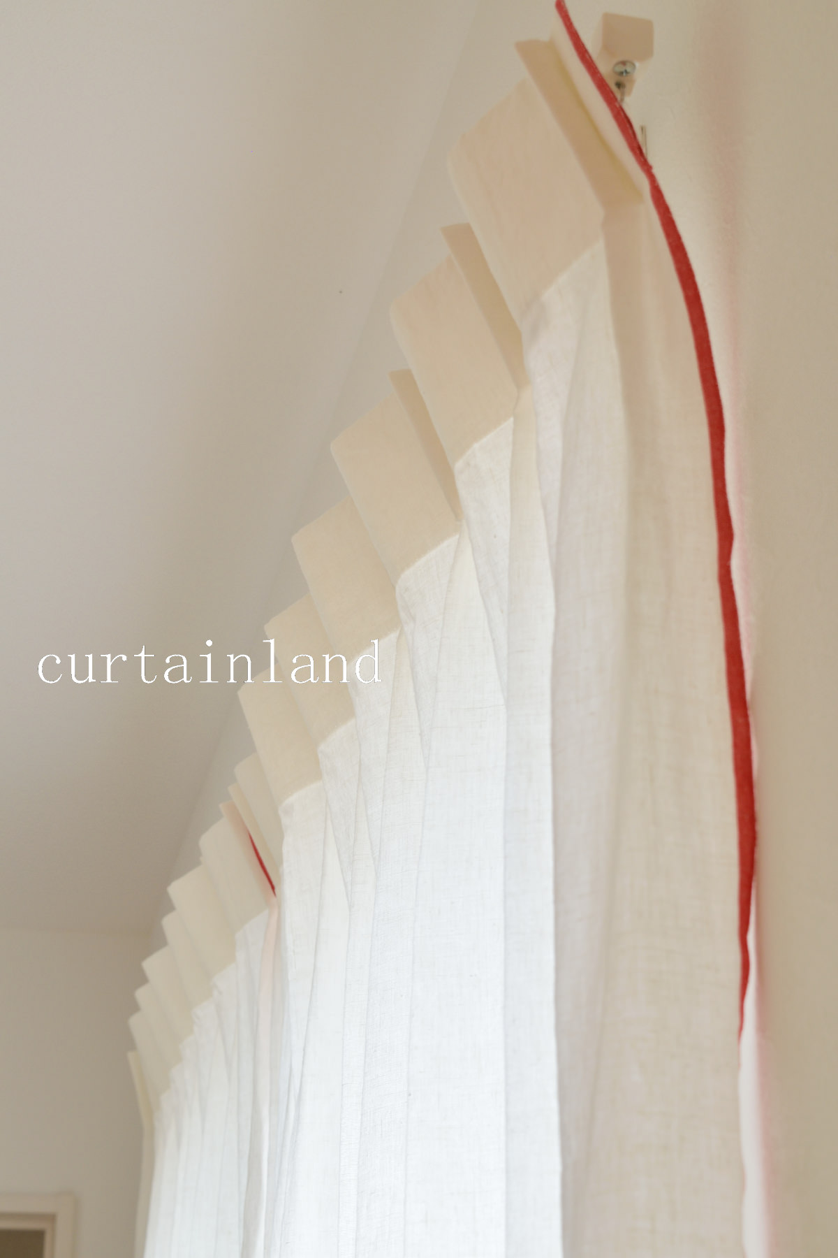 赤い耳が特徴のリネンカーテン