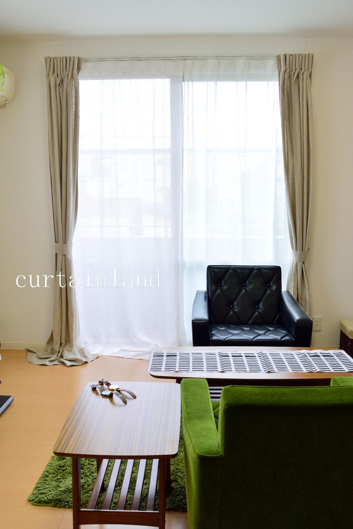 ブラック&グリーンのソファにリネンカーテン