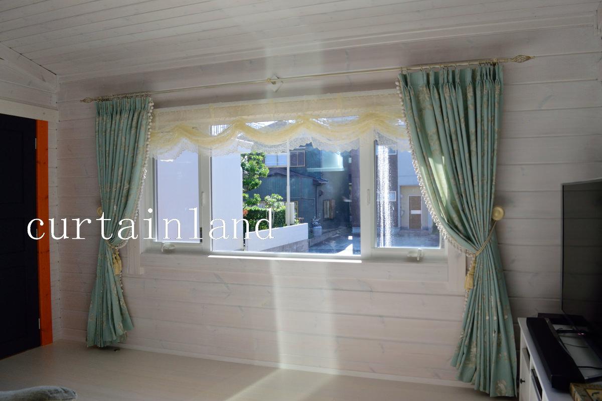 白いログハウスにグリーンのカーテン