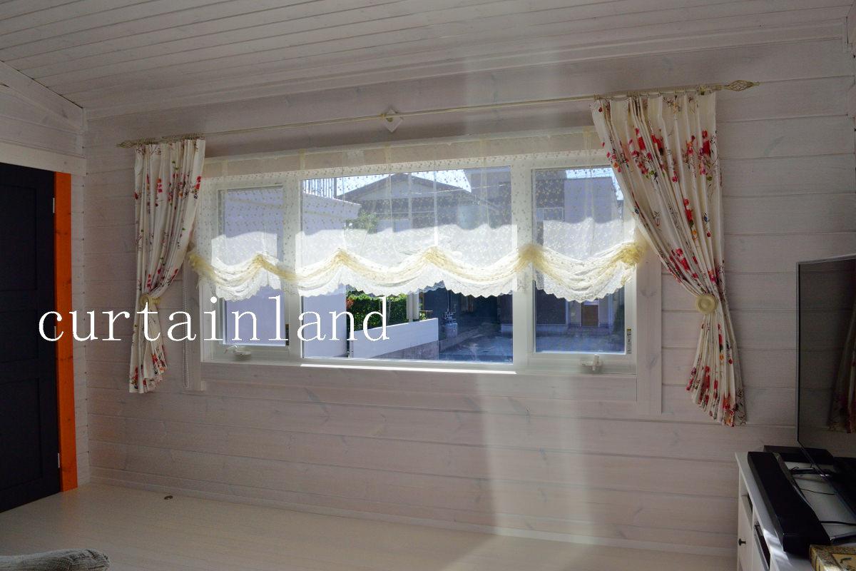 白いログハウスに花柄カーテン