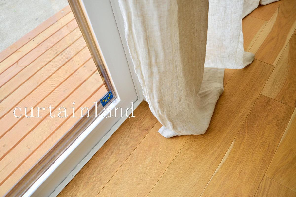 リネンカーテンを床にすっている写真