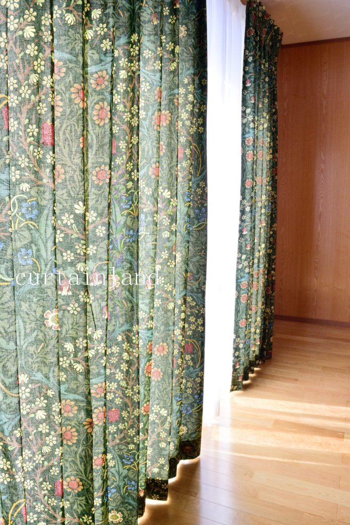 ブラックトーンのプリントカーテン