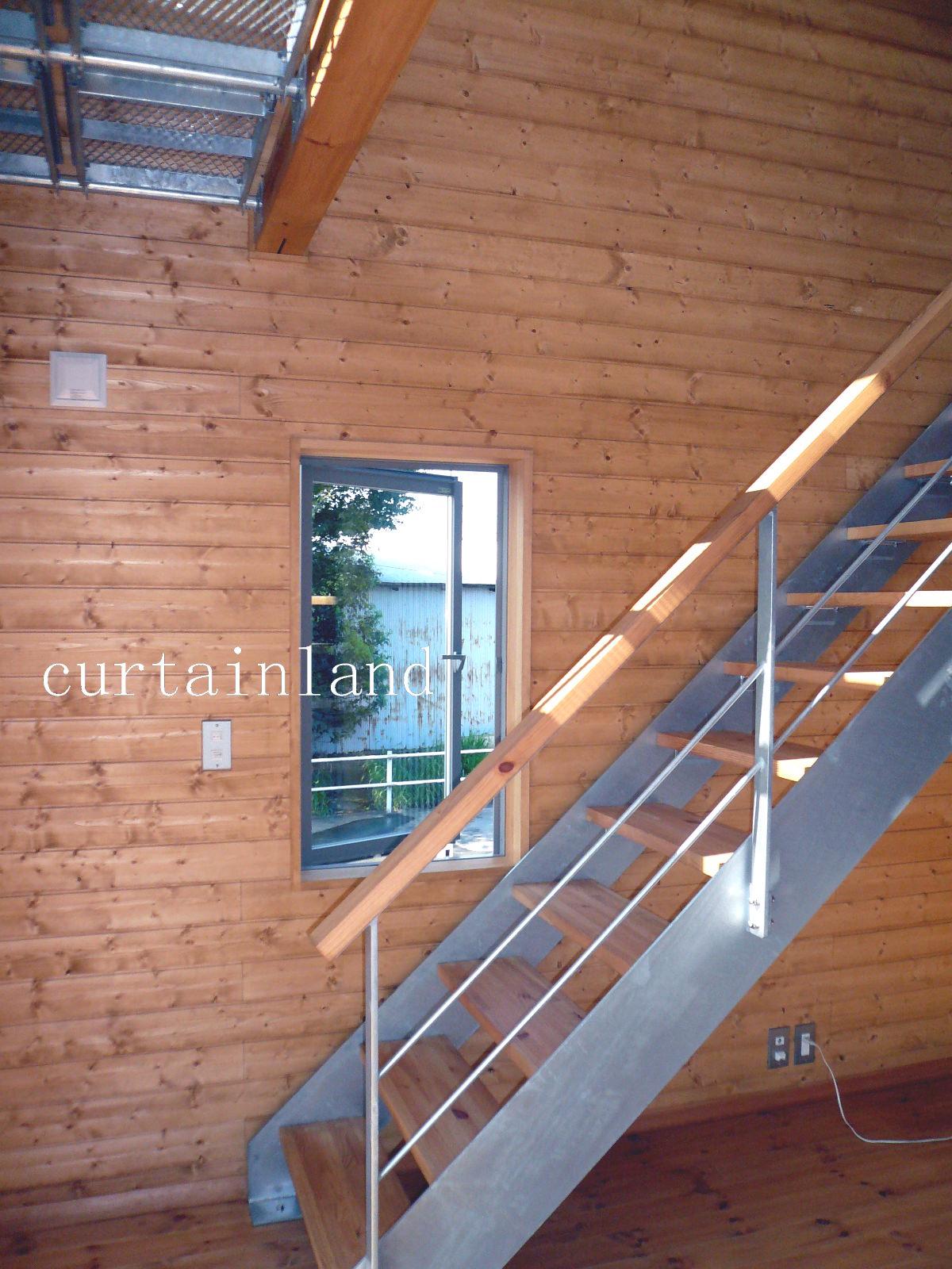 リビング階段と重なる窓