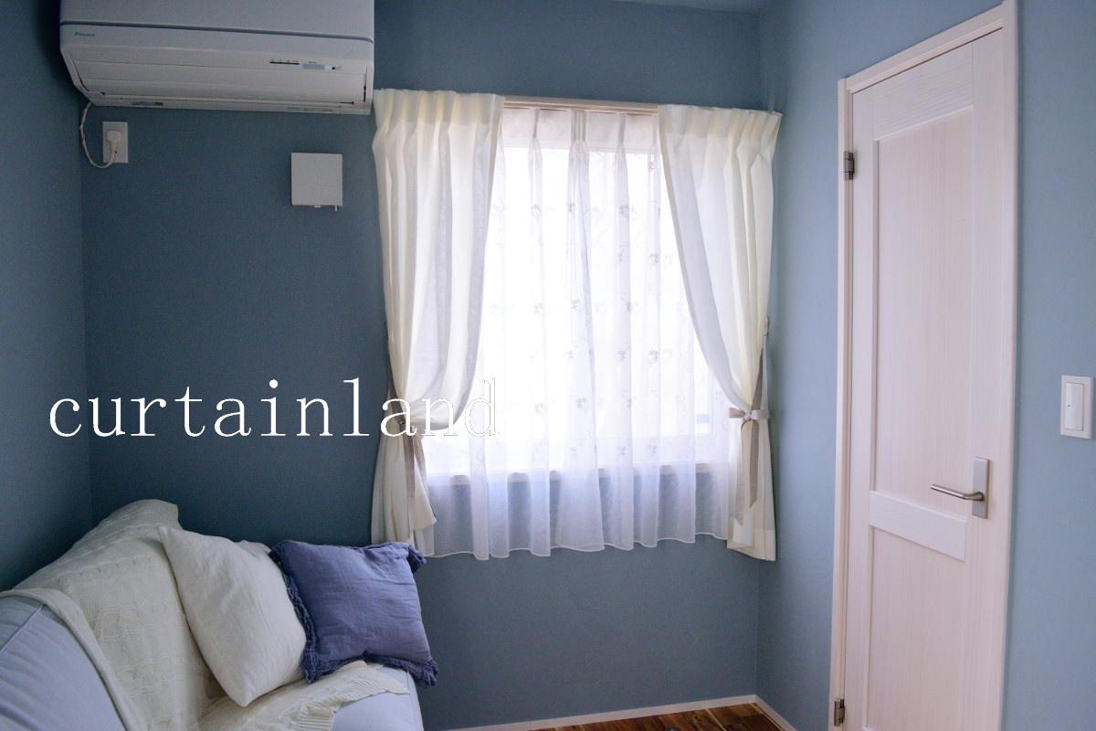 輸入住宅ブルーの壁にホワイトリネンカーテン