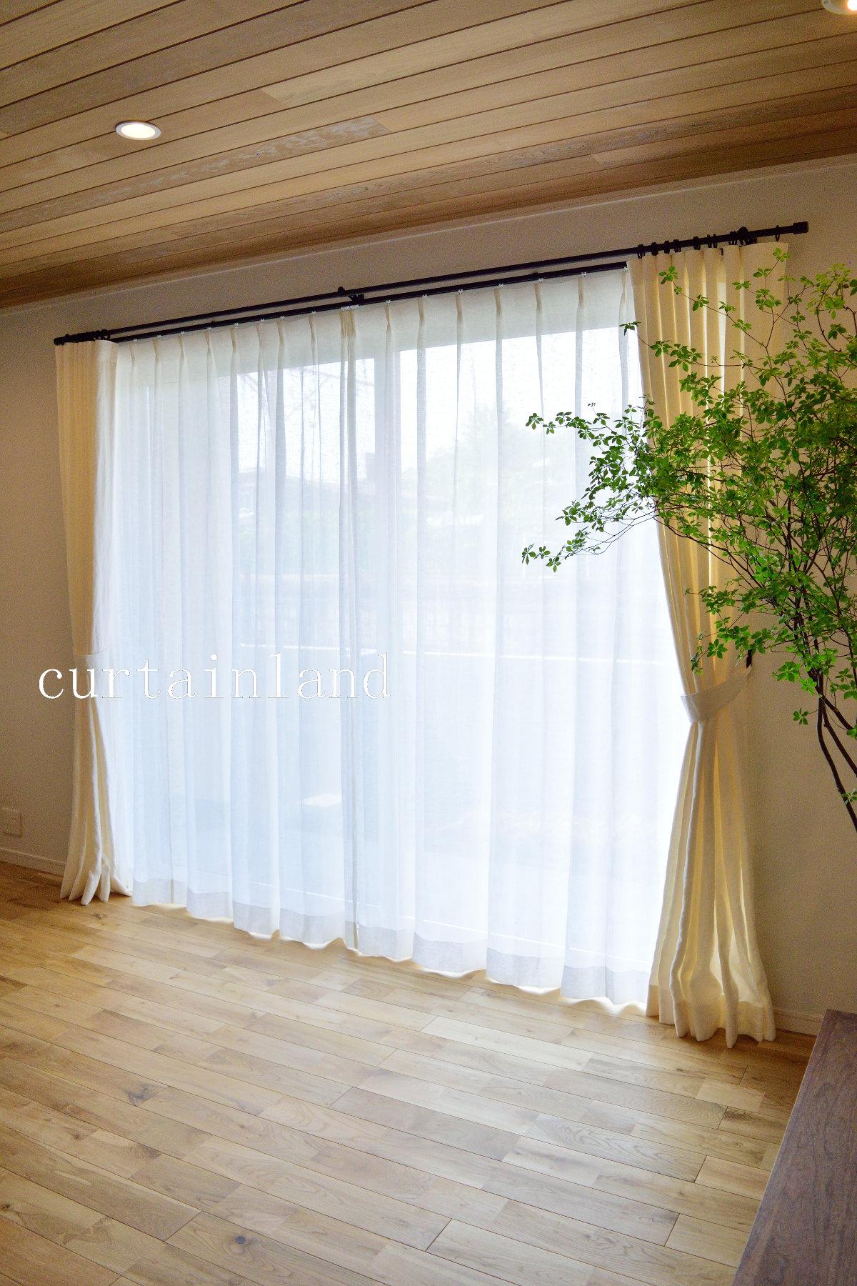 天然木のフローリングと自然素材のカーテン