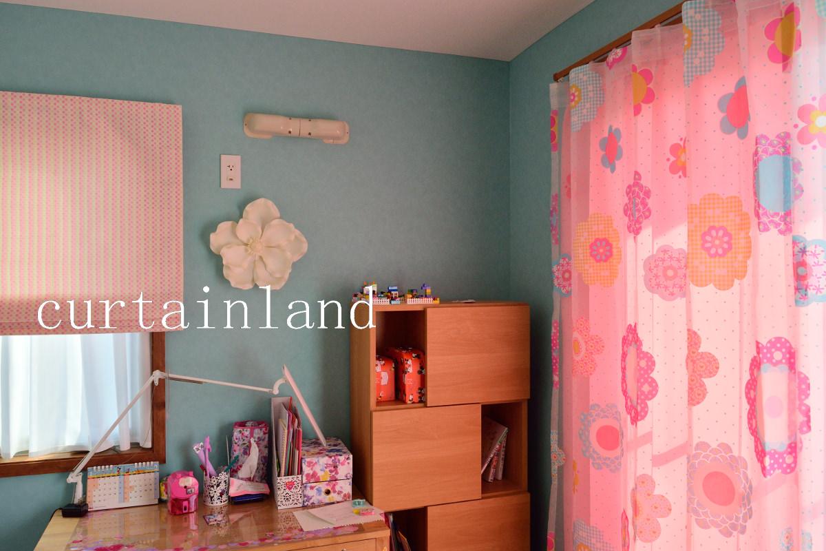 ブルーの壁紙にピンクのカーテン