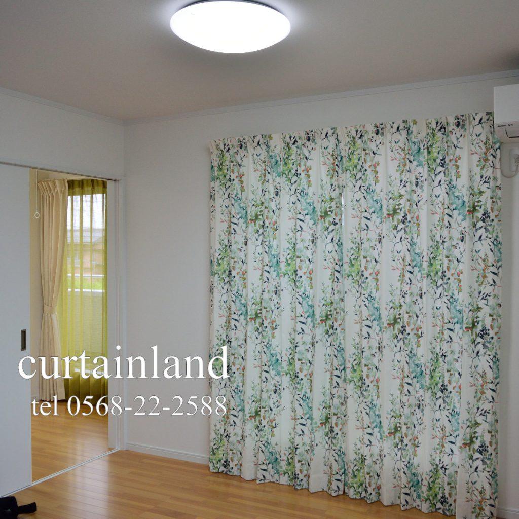 寝室にグリーンの植物柄カーテン