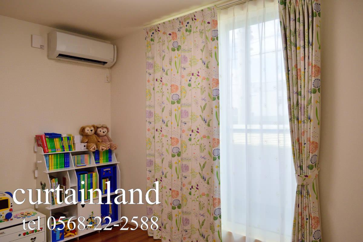 子供部屋に植物柄のカーテン