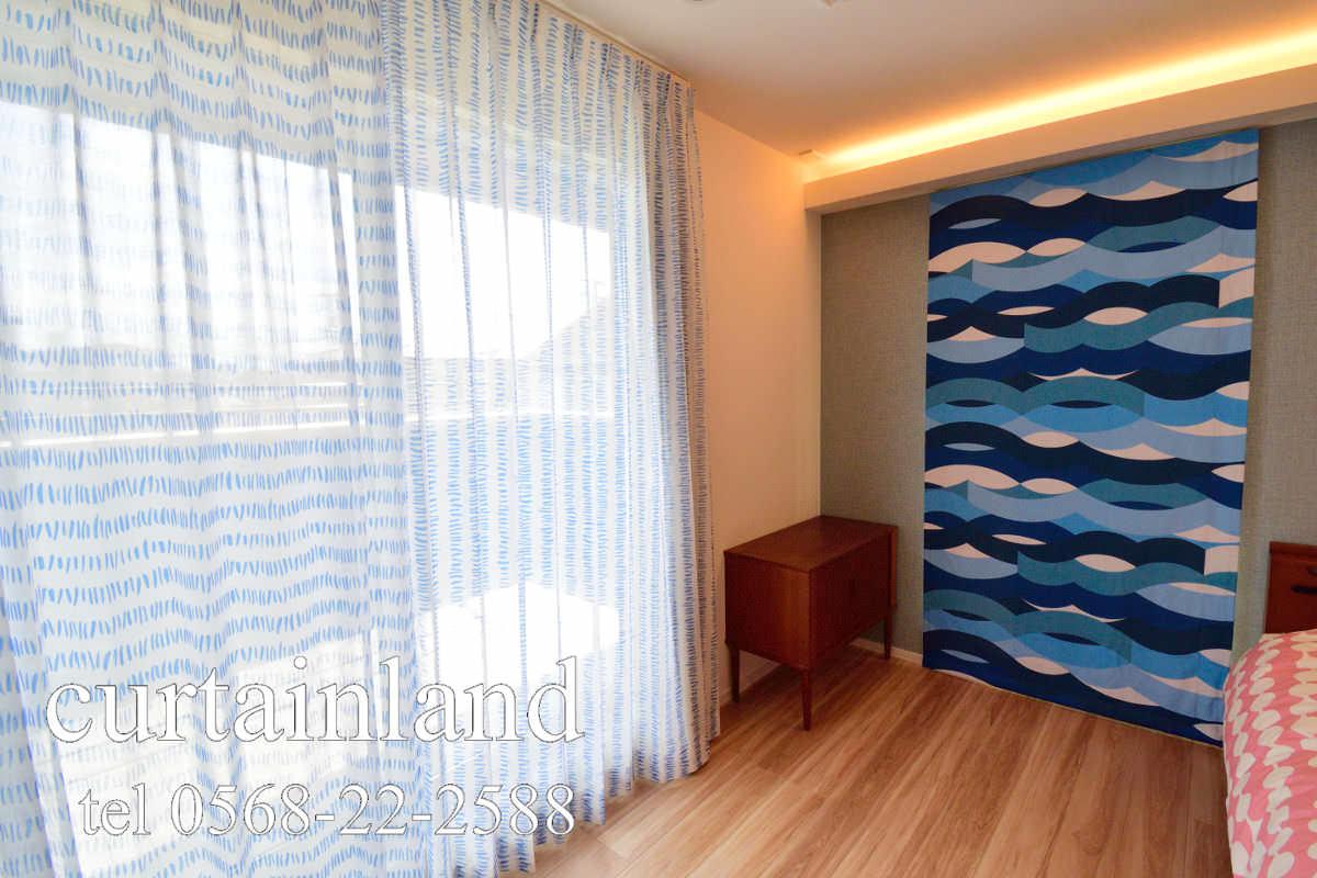 寝室をブルーの北欧カーテンでコーディネート