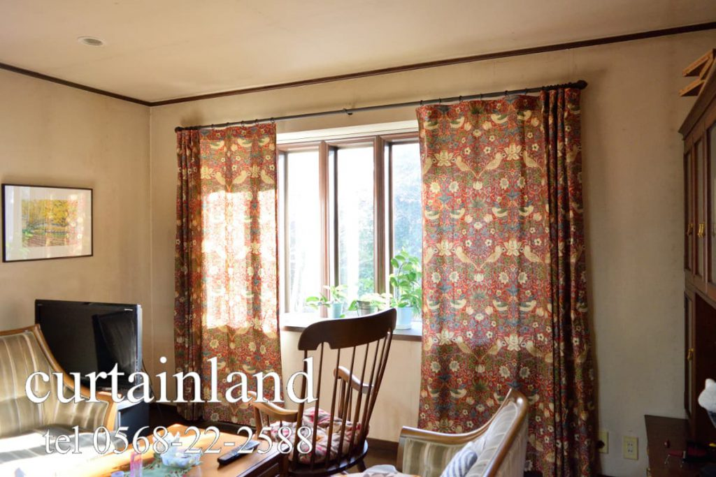 出窓に床までのカーテン