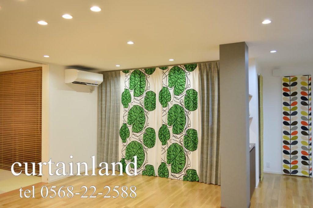 木製ブラインドとカーテンとプレーンシェード