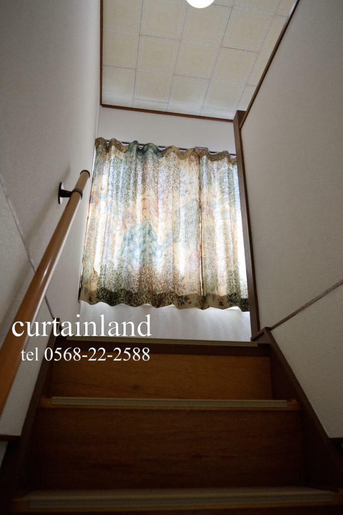 階段を上がるとモリスカーテン
