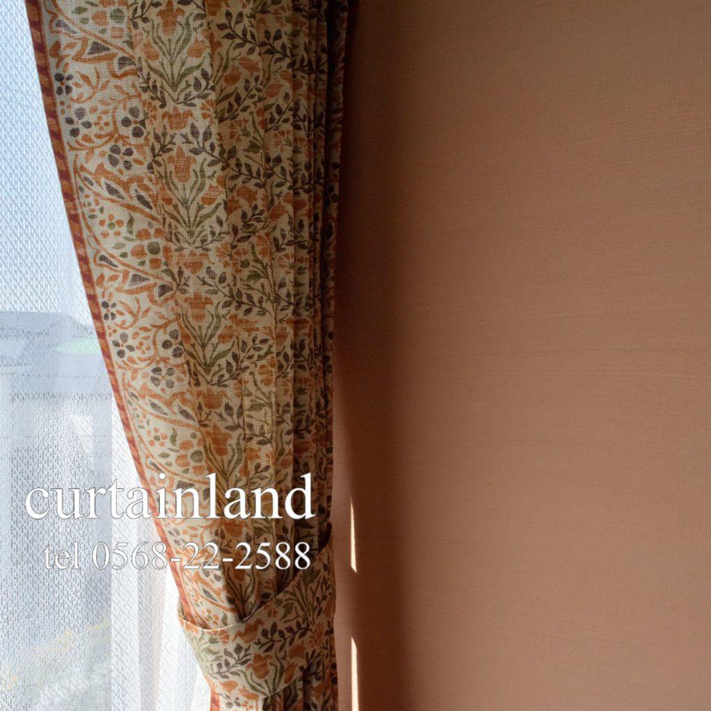 カーテンに縁取りをした様なデザイン