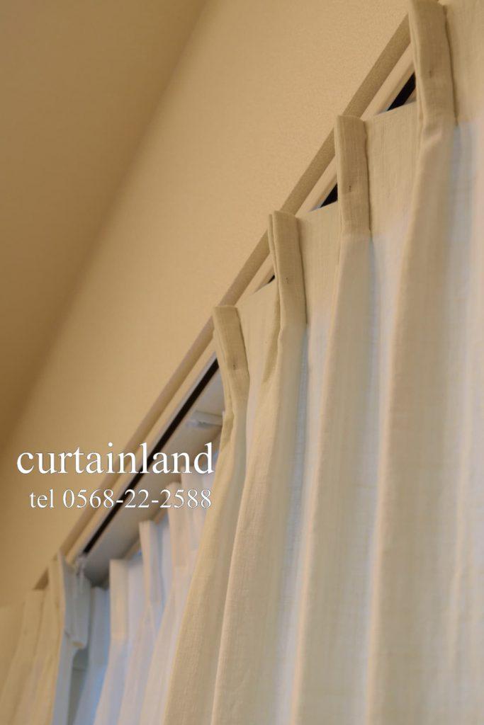 窓枠内にカーテンレールを取り付けしています