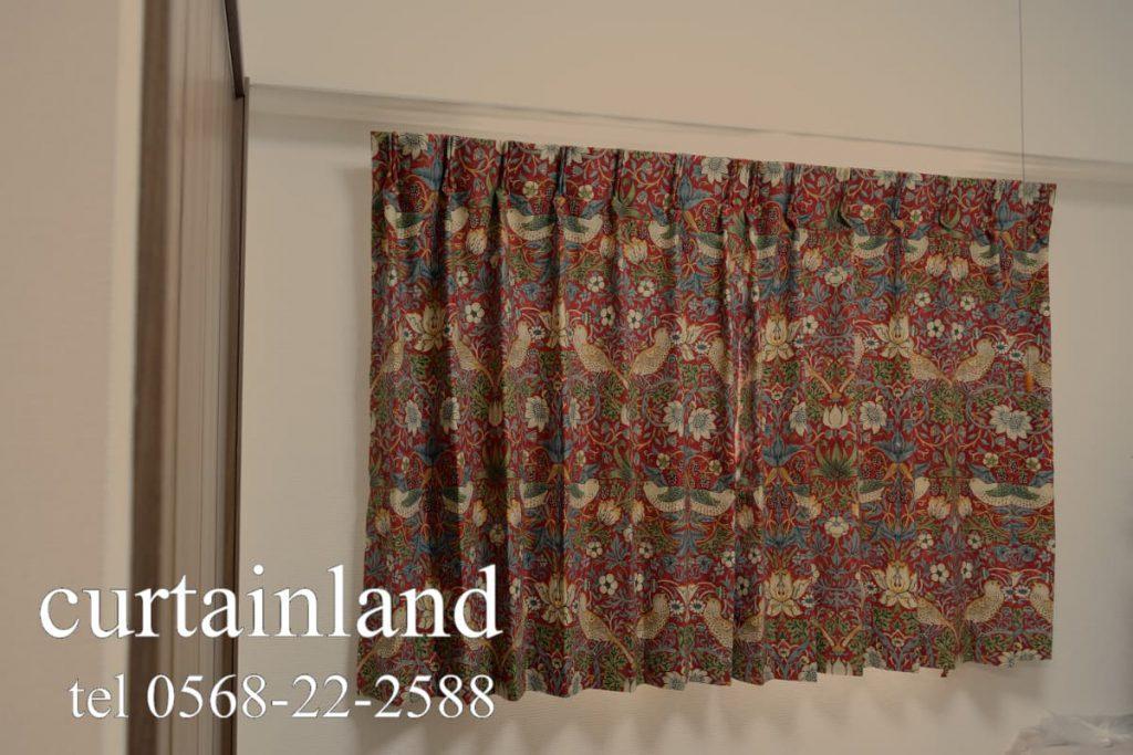 遮光裏地を付けたモリス イチゴドロボウのカーテン
