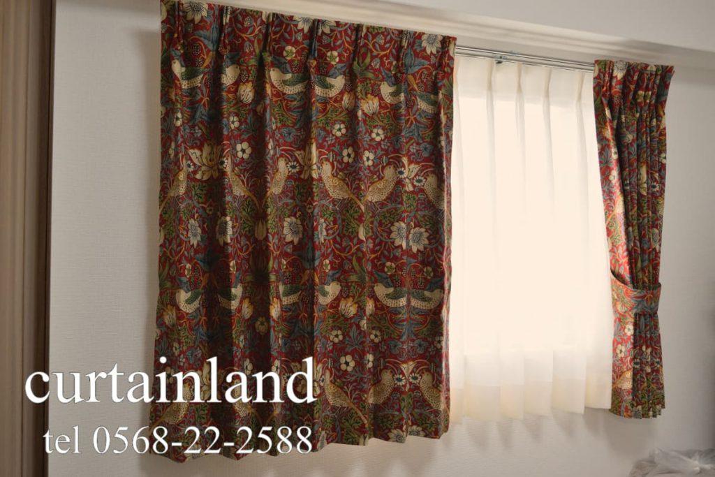 腰高窓にモリス イチゴドロボウのカーテン