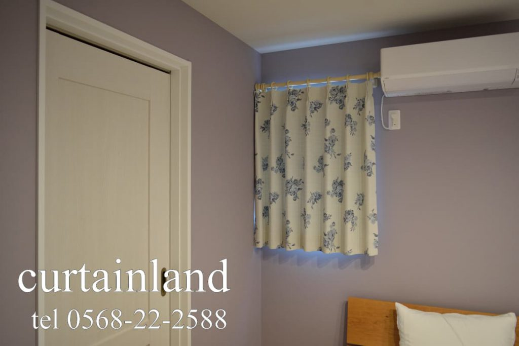 壁がグレーの寝室カーテン実例