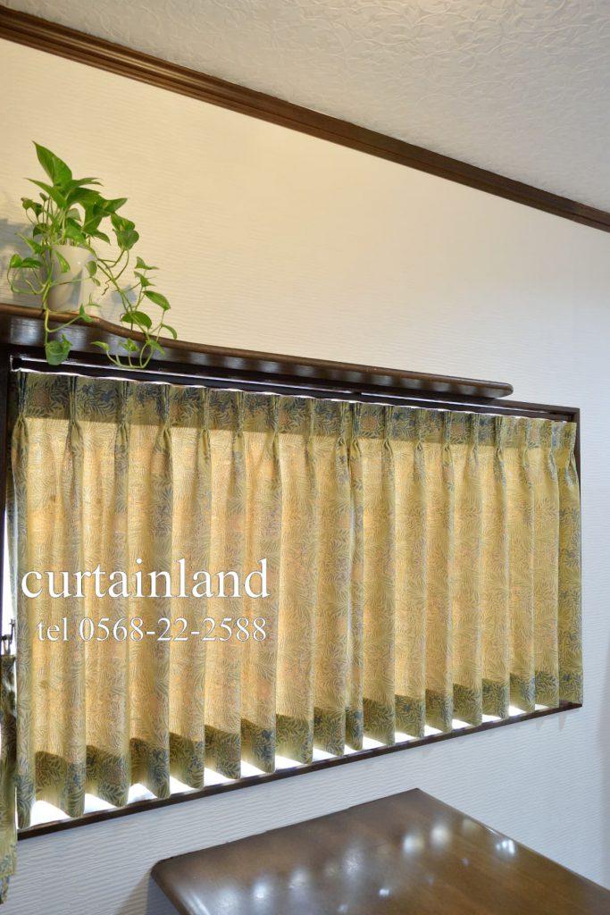 窓枠内にウィリアムモリスのジャガードカーテン