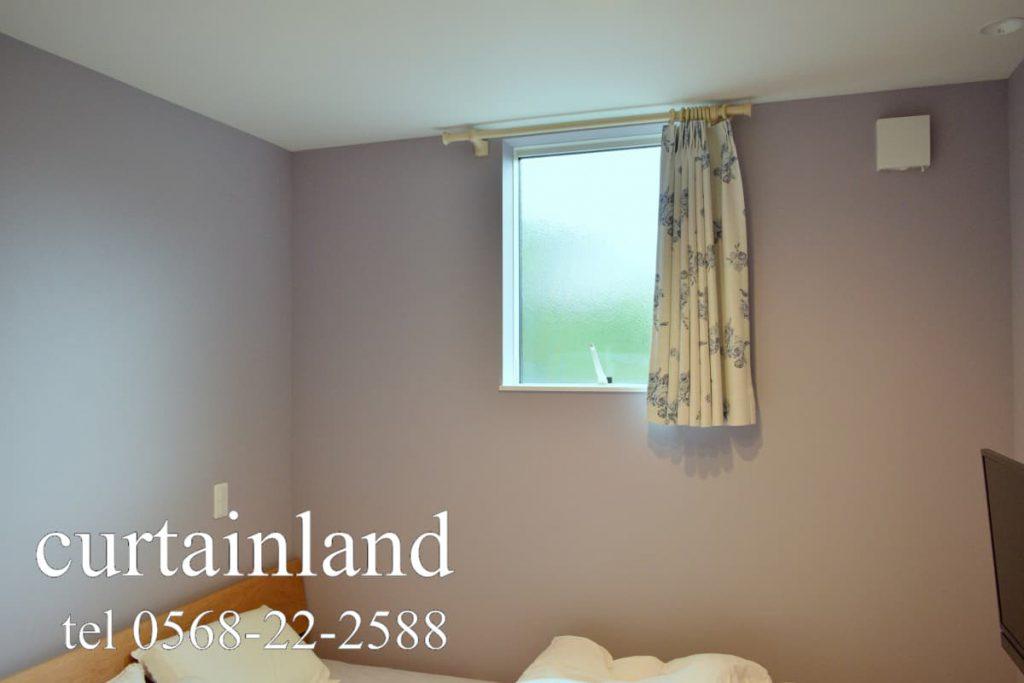 壁紙がグレーの寝室のカーテン施工事例