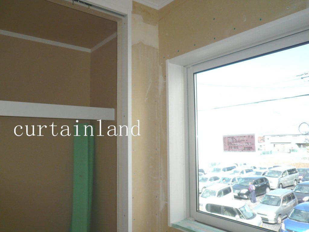 窓装飾と干渉しないように壁がある