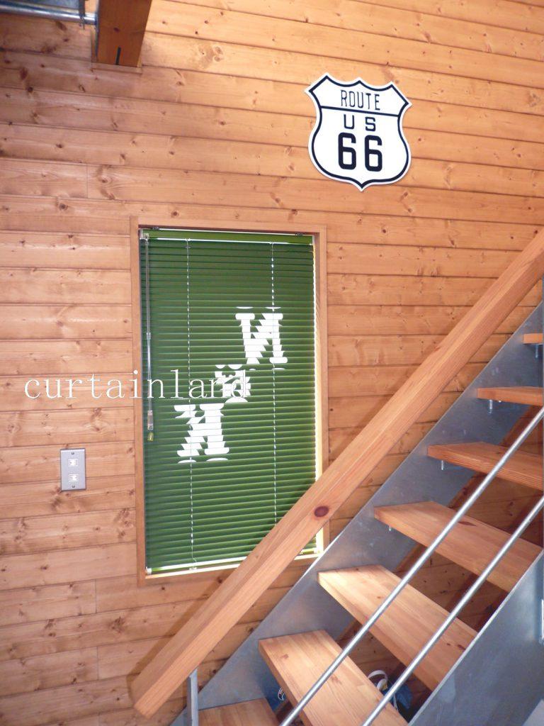 リビング階段と重なっている窓の枠内にブラインド