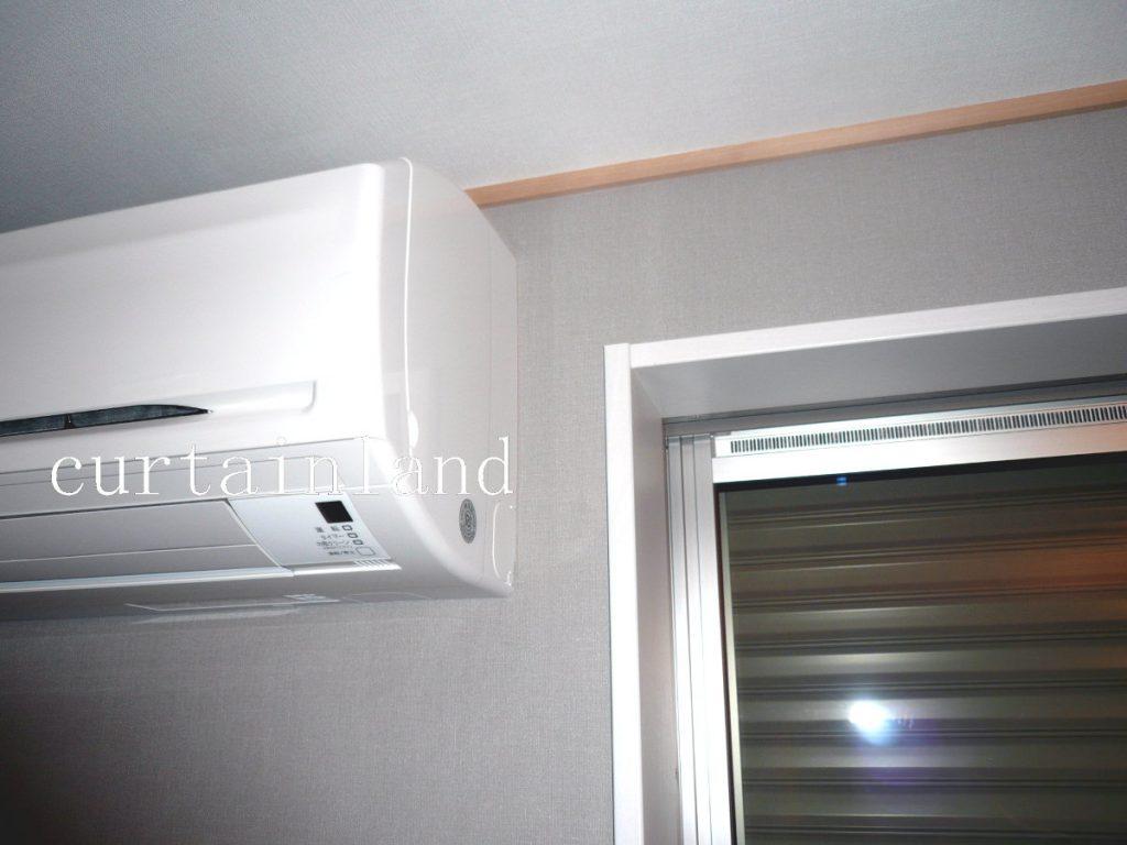 窓の横にエアコン