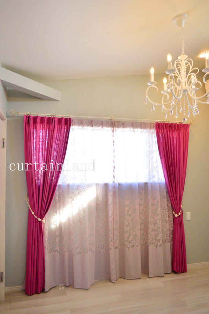 ピンクの花柄レースカーテン