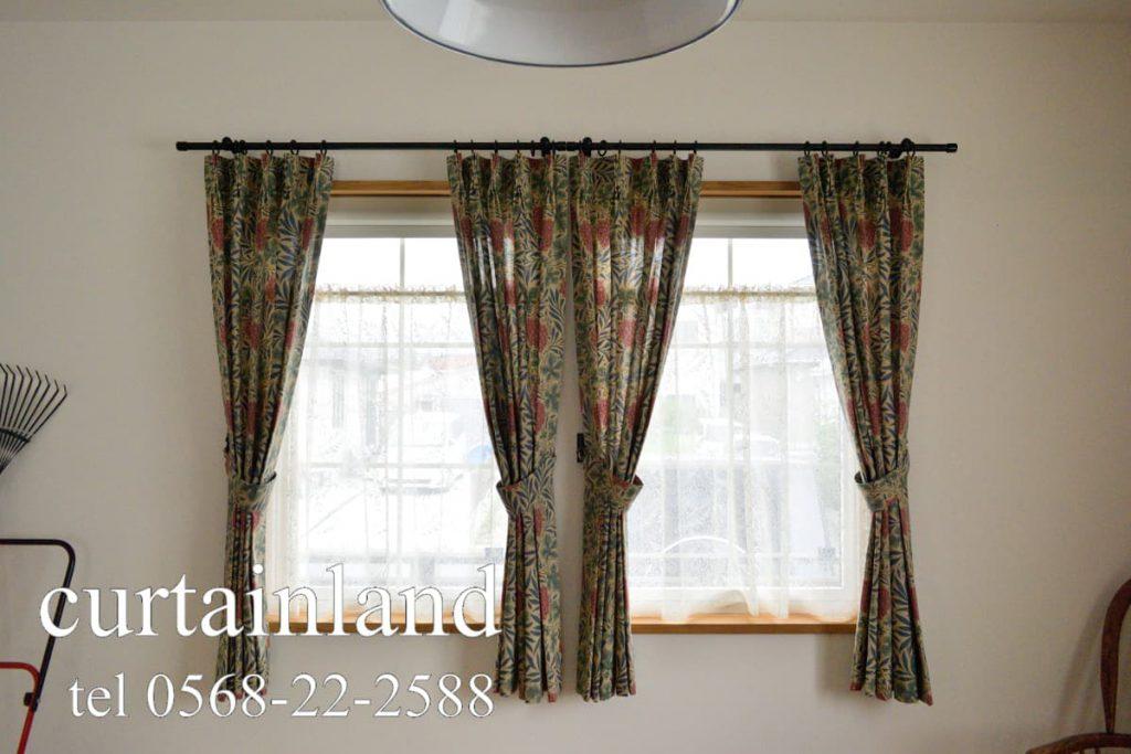 ウィリアム・モリス ヴァイン 小窓に両開きカーテン