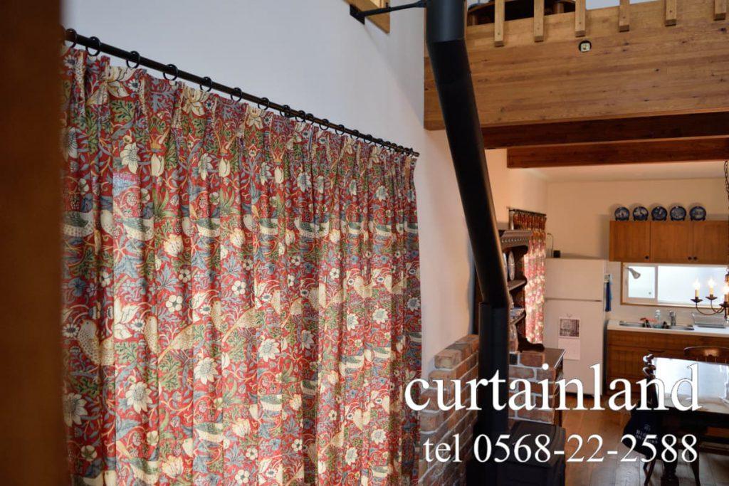 高さが異なるカーテンもイチゴドロボウの柄を合わせる