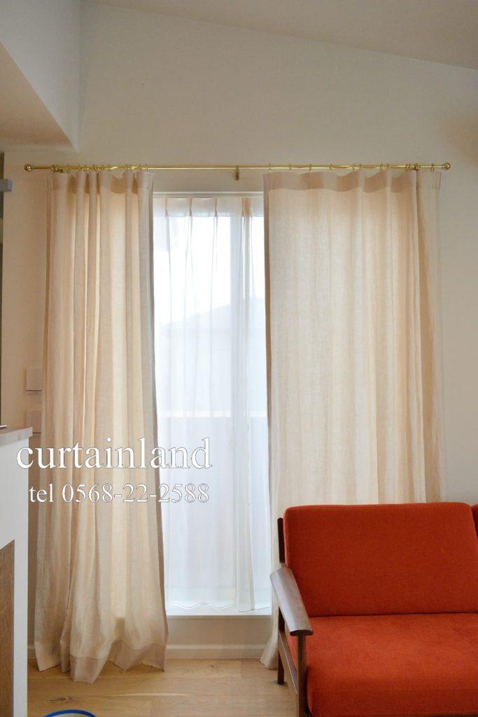 窓枠内にレースカーテンを組み合わせ