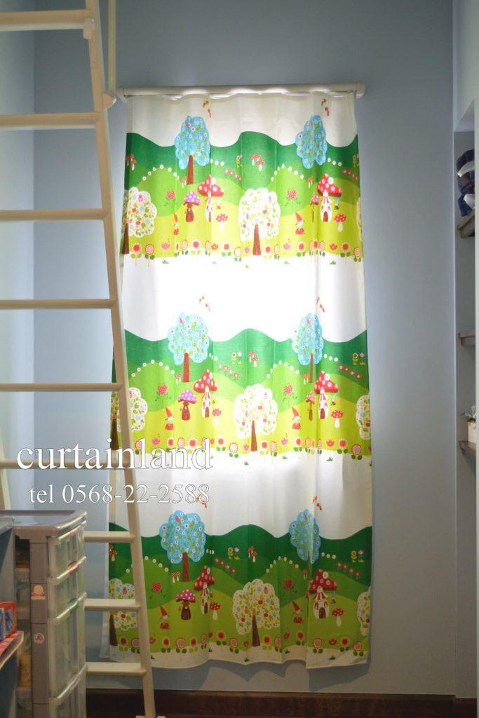ブルーの壁紙にキッズデザインカーテンを納めました