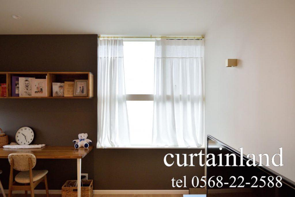 ゴールドのカーテンレールとコットンスタイルカーテン