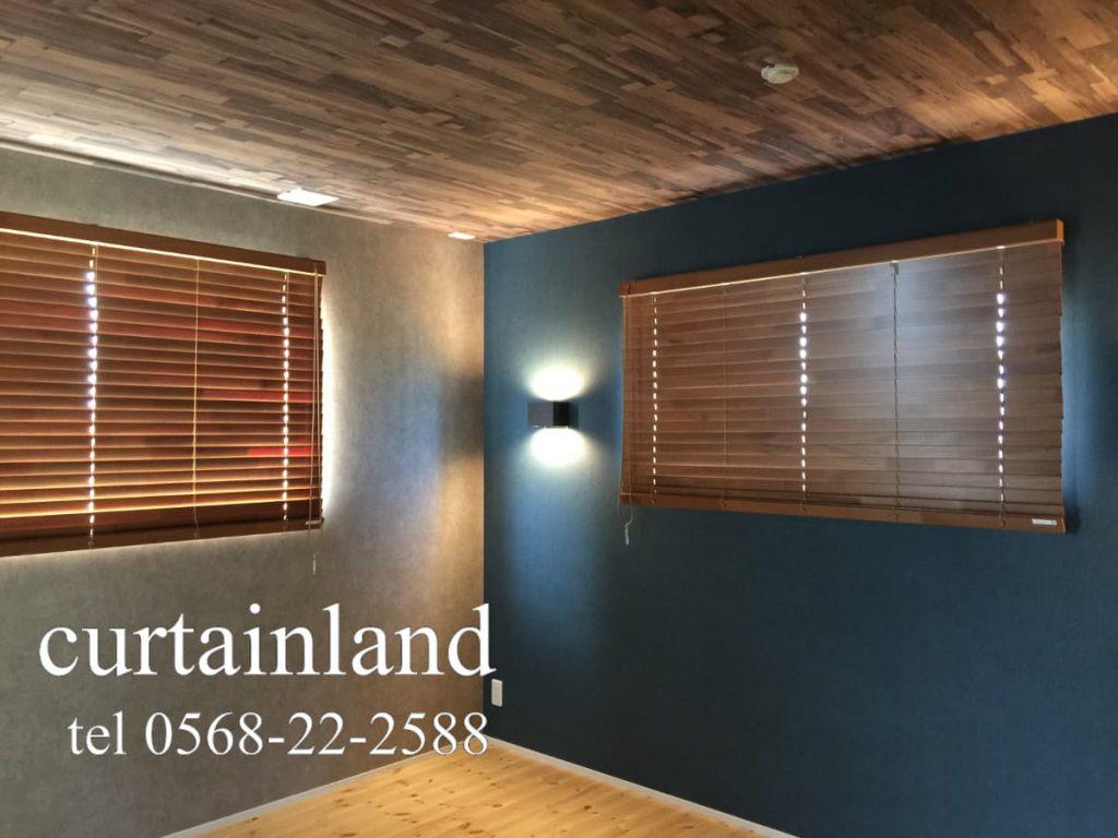 ネイビーやグレーの壁紙に木製ブラインドを合わせた寝室施工事例