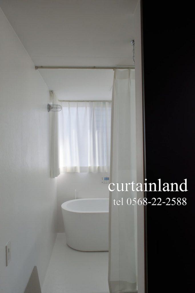 真っ白な浴室に真っ白なカーテン