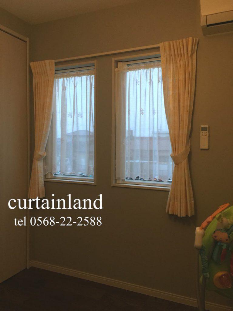 窓枠内にカフェカーテンの組み合わせ