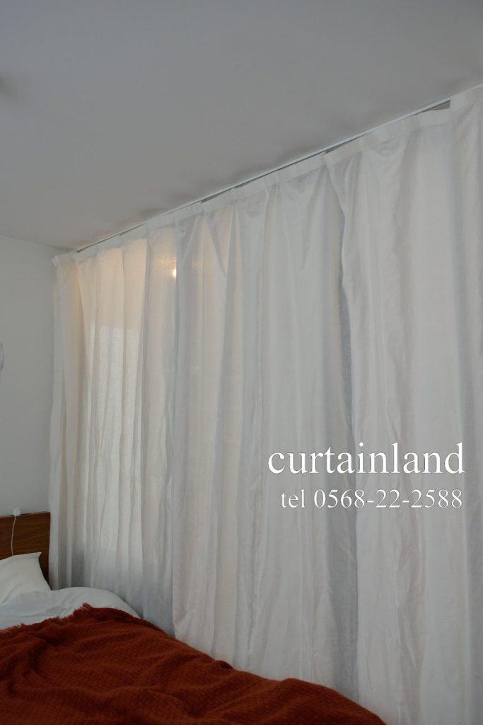 ホワイトのリネンカーテンをルーズにした間仕切りカーテン