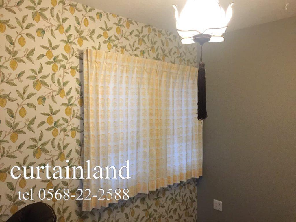 モリス レモンの壁紙とマリメッコのカーテンの子供室