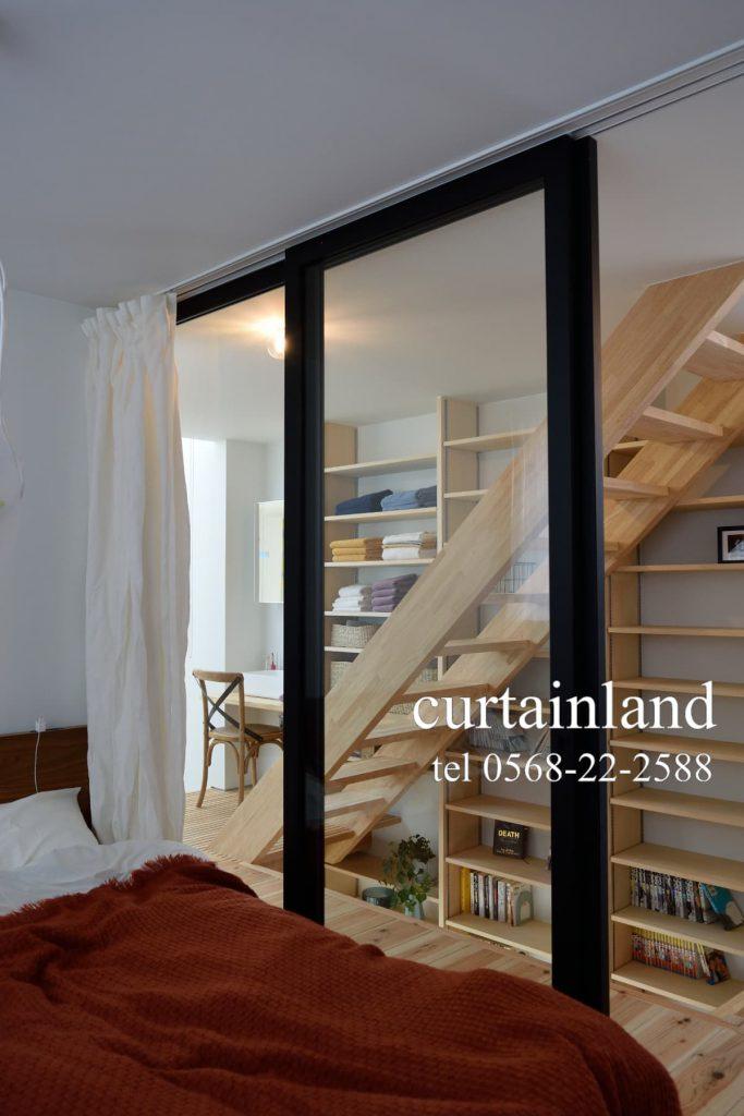 寝室の透明建具の間仕切りリネンカーテン