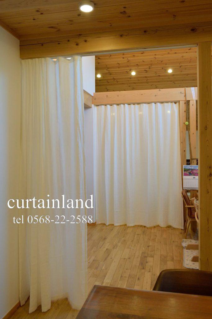 リネンのダブルガーゼの間仕切りカーテンをダイニング側から見たところ
