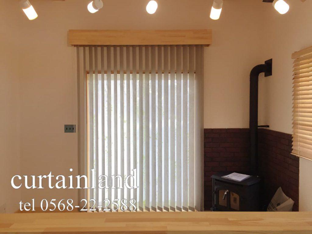 掃出し窓にナチュラルテイストのバーチカルブラインドとライト小窓にオークのウッドブラインド