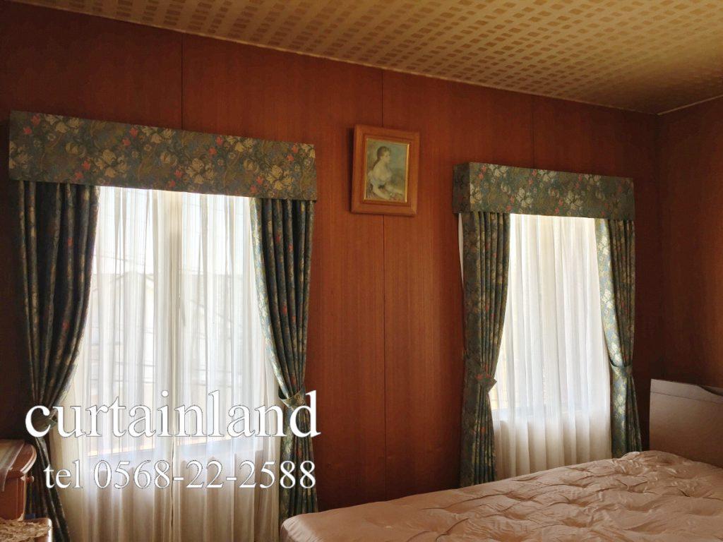 モリスのデザインで全ての窓にバランスをつけたカーテンコーディネート
