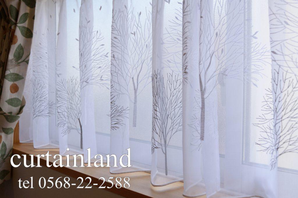 絵本の様な森の様子の刺繍がかわいいレースカーテン